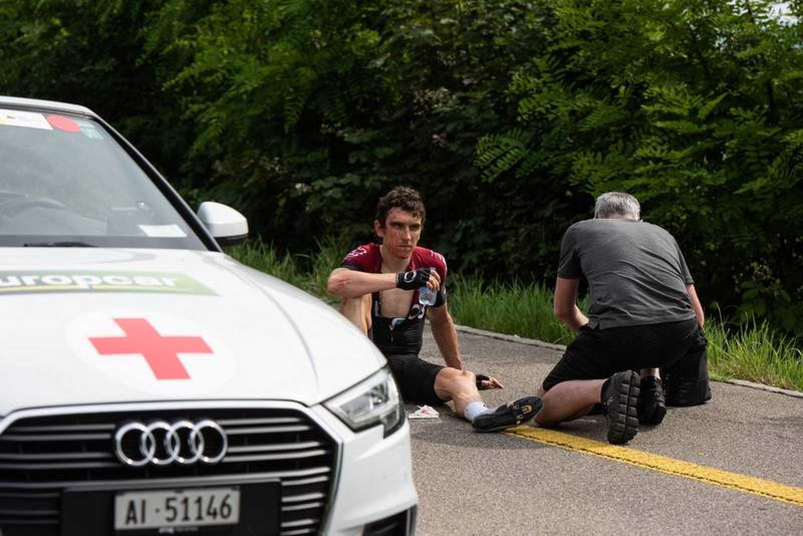 Geraint Thomas, atendido tras la caída en la Vuelta a Suiza