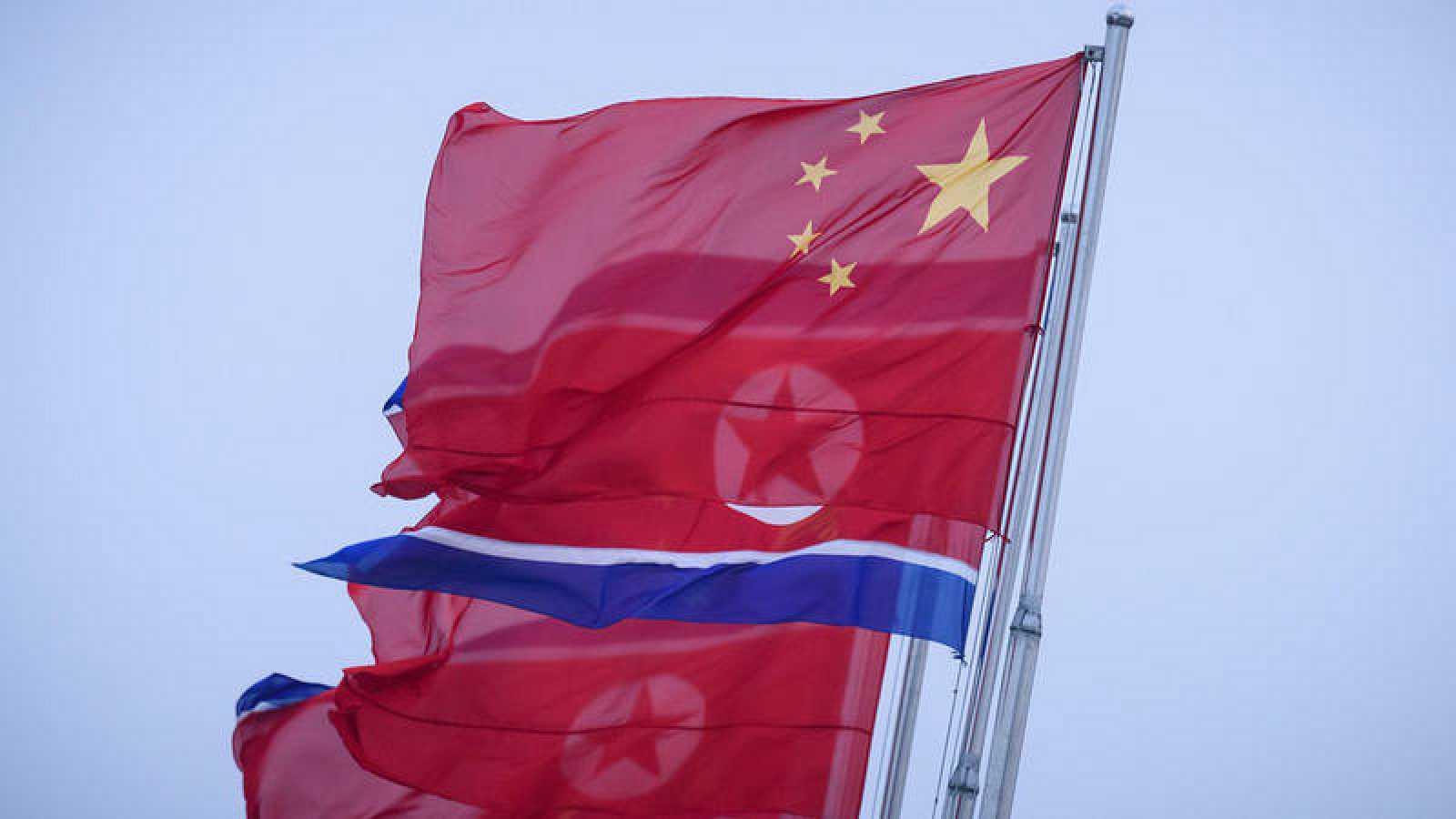 Banderas chinas y norcoreanas en Pyongyang, un día antes de la visita de Xi Jinping a Corea del Norte.Ed JONES / AFP