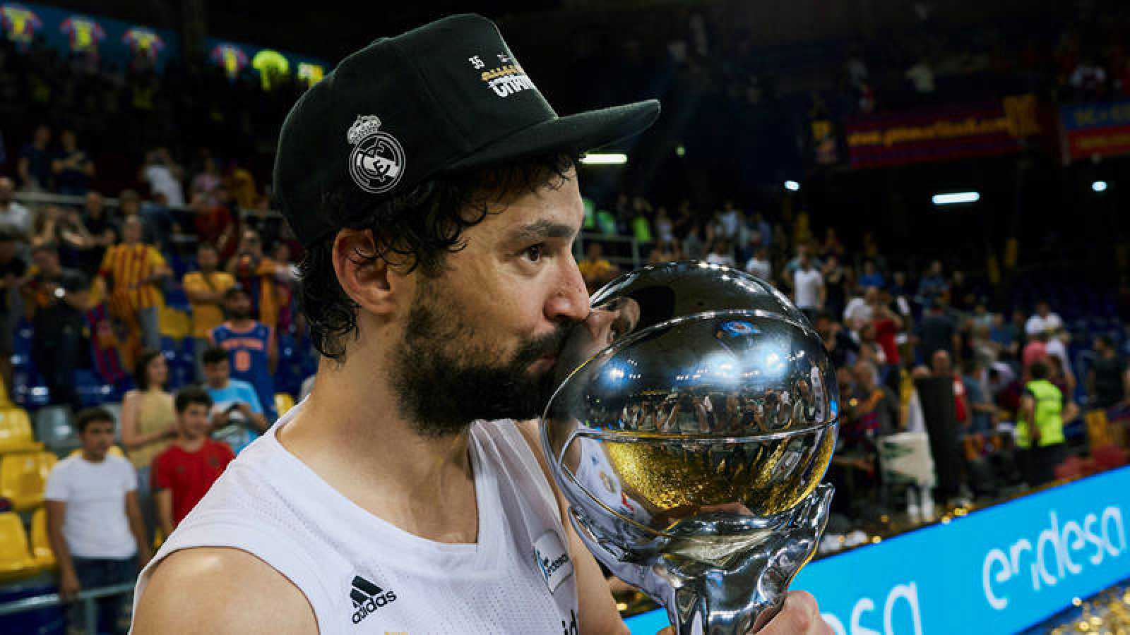 Llull besa el trofeo de la Liga ACB