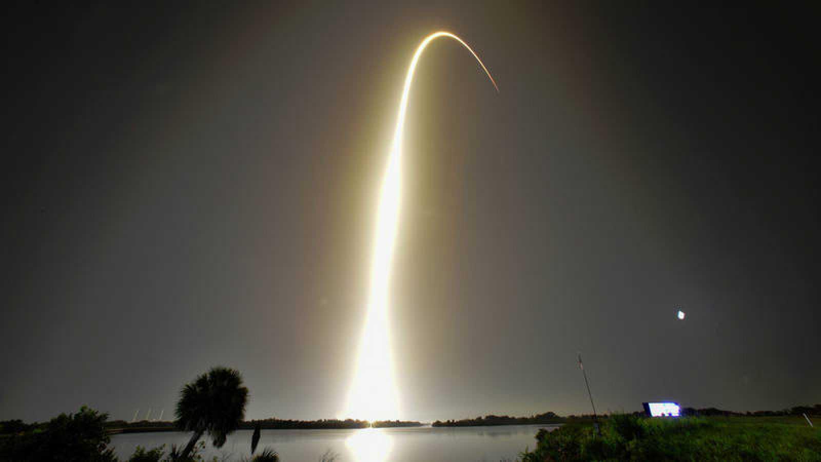 Imagen del lanzamiento del Falcon Heavy desde el Centro Espacial John F. Kennedy (Florida, EE.UU.).