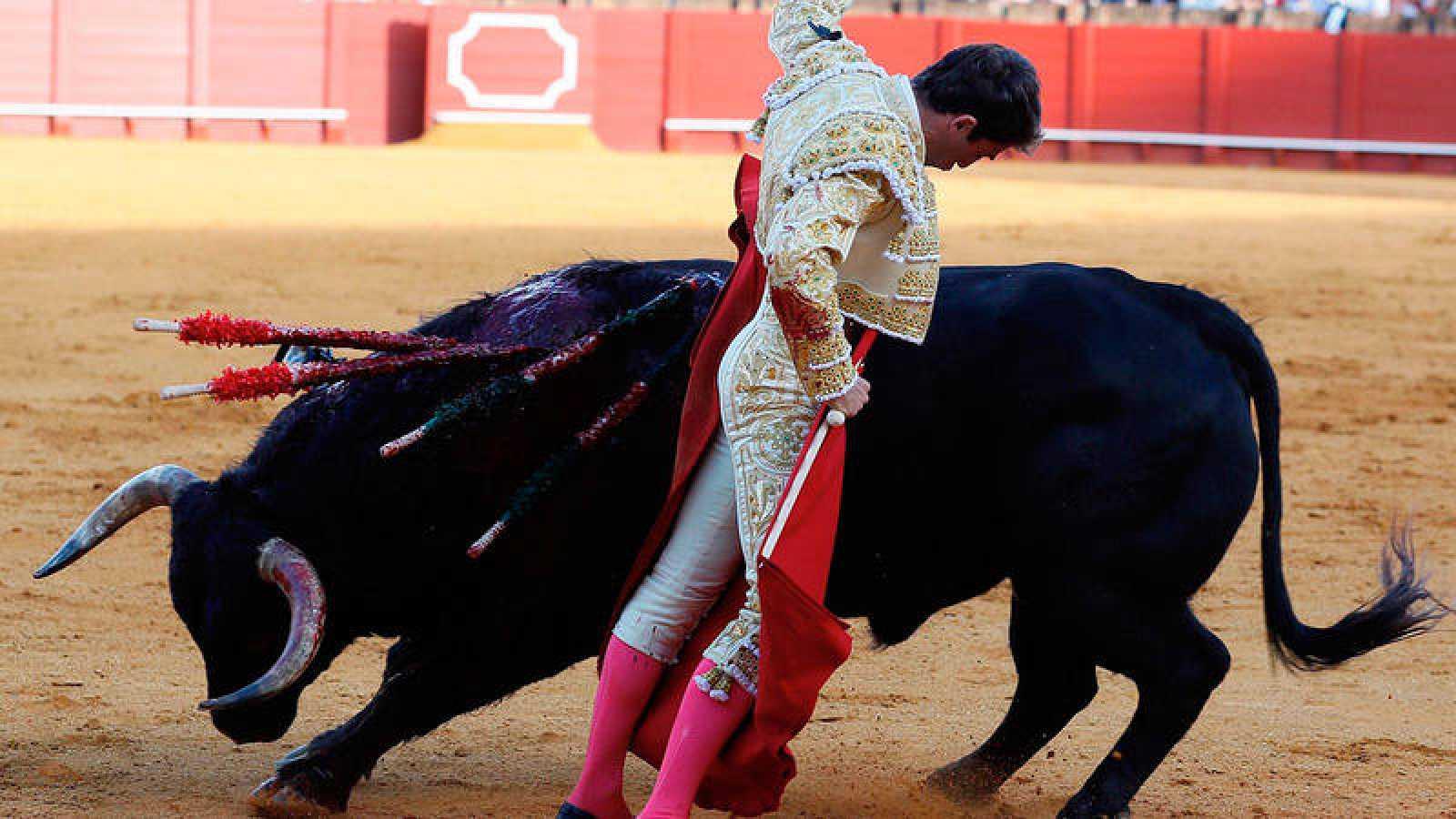 El diestro Rafael Serrano da un pase a un toro de la ganadería La Palmosilla durante la pasada feria de Sevilla.