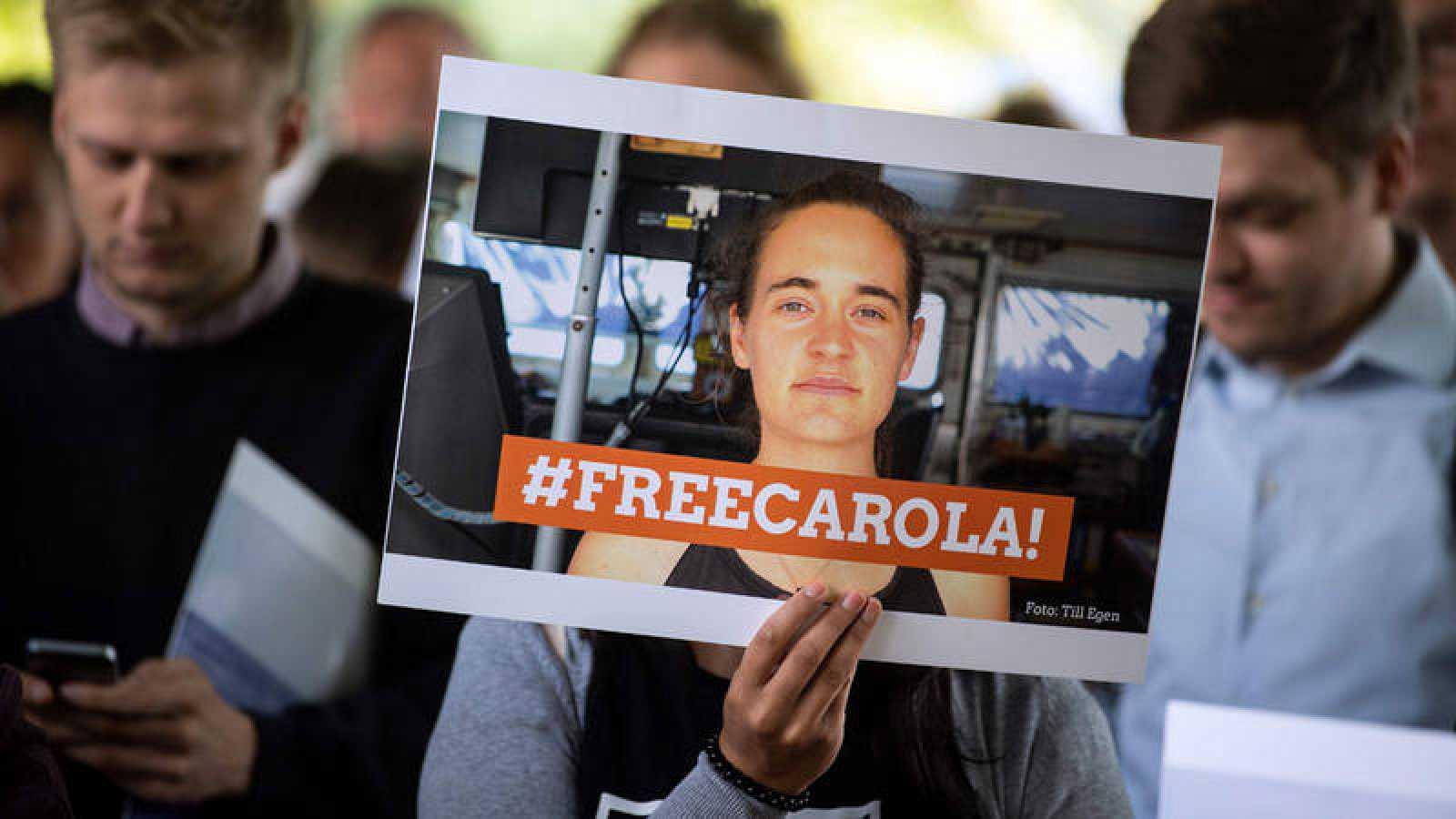 Un manifestante sostiene un cartel que pedía la liberación de la activista