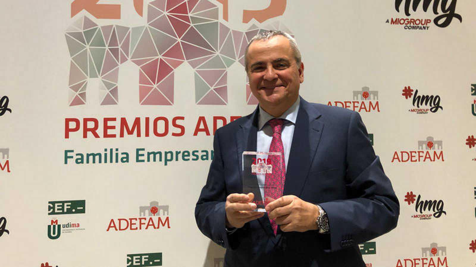 Juanma Romero recoge el premio de ADEFAM por su apoyo a la empresa madrileña