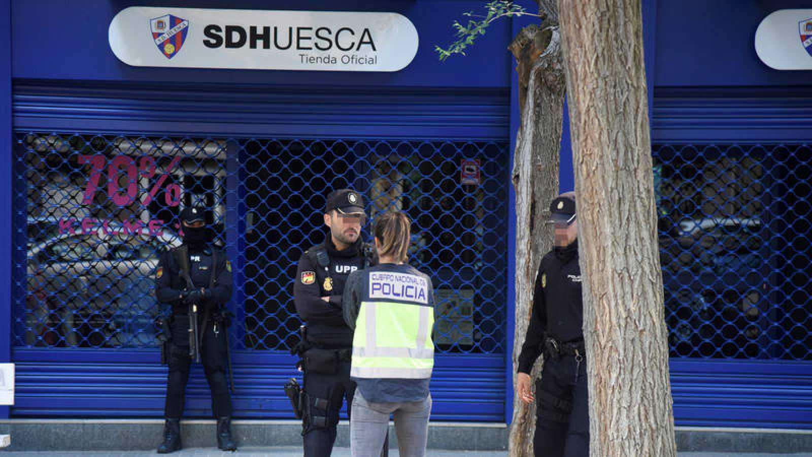 Agentes de la Policía Nacional registran la sede del Huesca el pasado 28 de mayo.