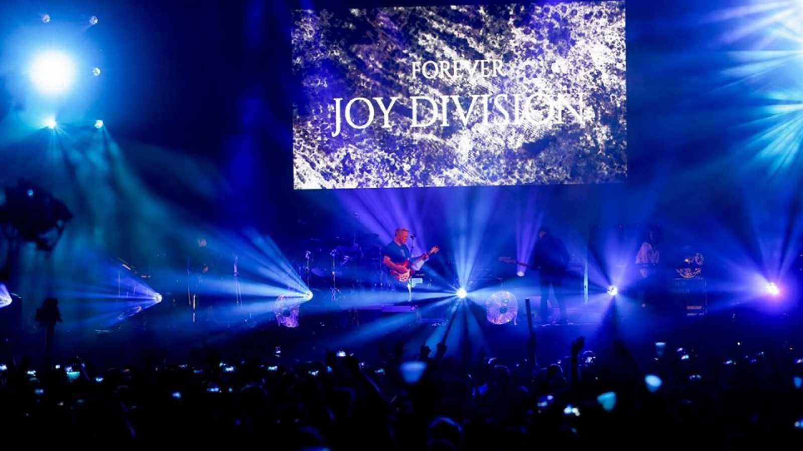 New Order en un momento de su concierto en el Low