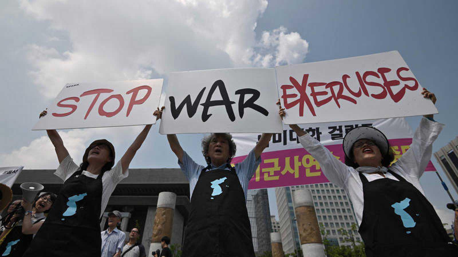Protesta ante la embajada estadounidense en Seúl contra las maniobras militares conjuntas entre Corea de Sur y Estados Unidos