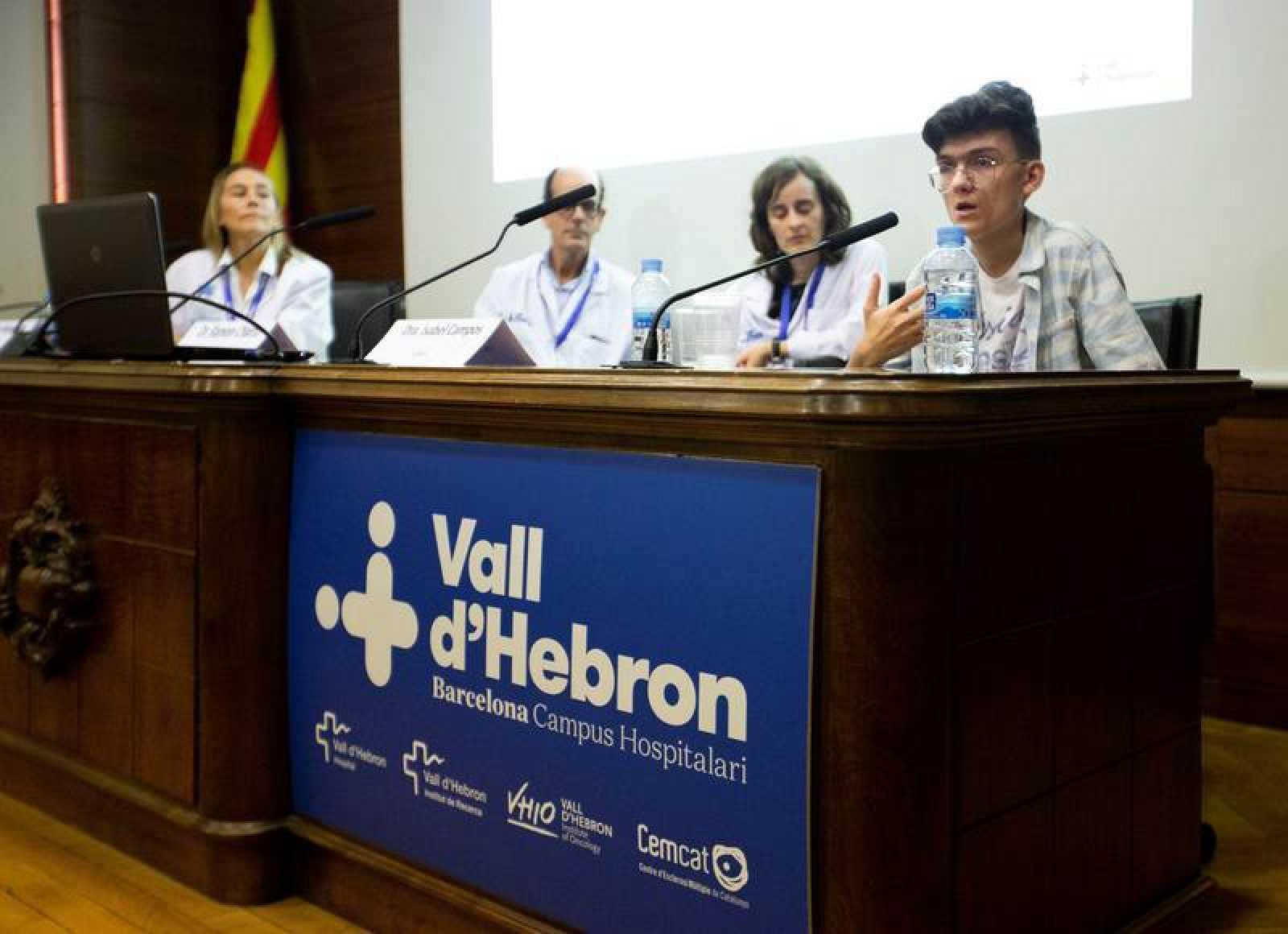 El equipo médico del Hospital Vall d'Hebron, junto al paciente durante la rueda de prensa