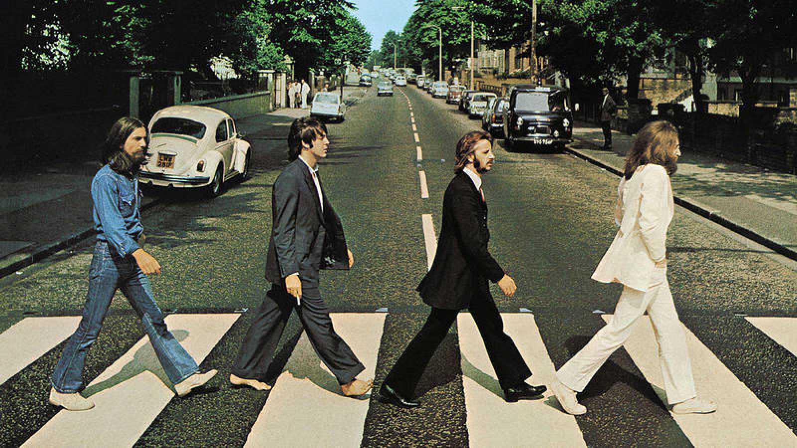 George Harrison, Paul McCartney, Ringo Starr y John Lennon cruzan el paso de cebra de Abbey Road el 8 de agosto de 1969.