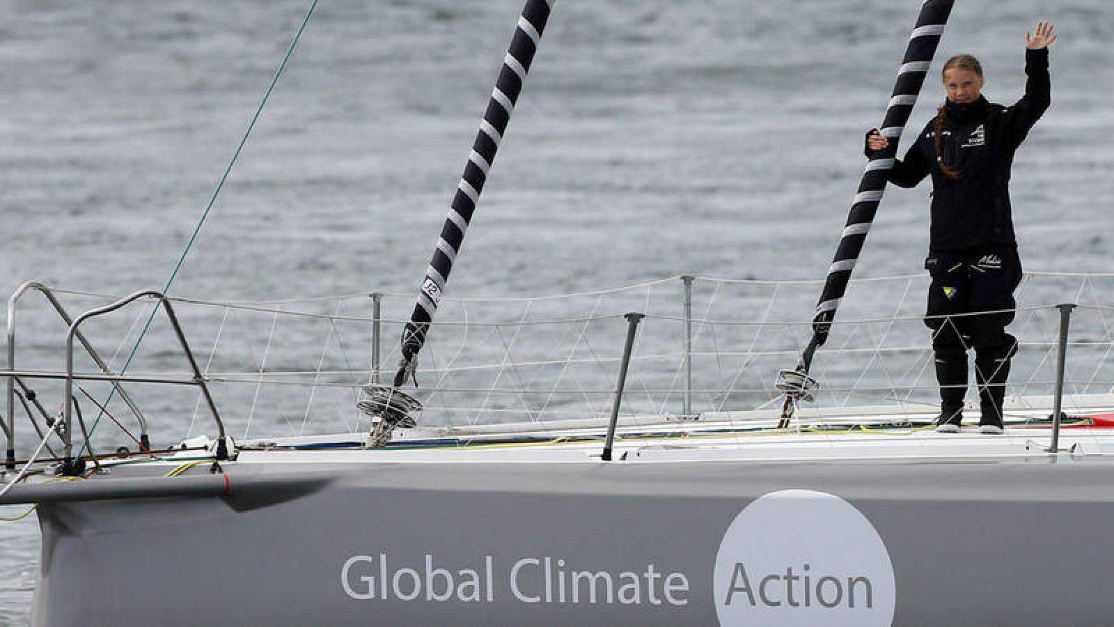 La activista Greta Thunberg, sobre la cubierta del velero 'Malizia II', abandona el puerto inglés de Plymouth.