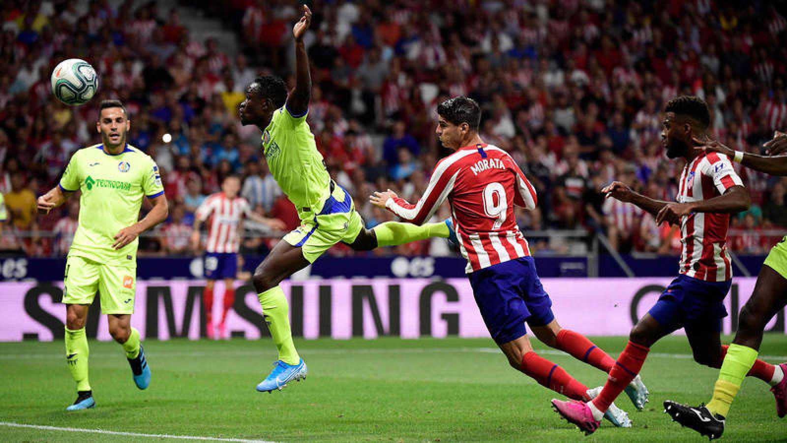 Morata, del Atlético de Madrid, cabecea a gol ante el Getafe.