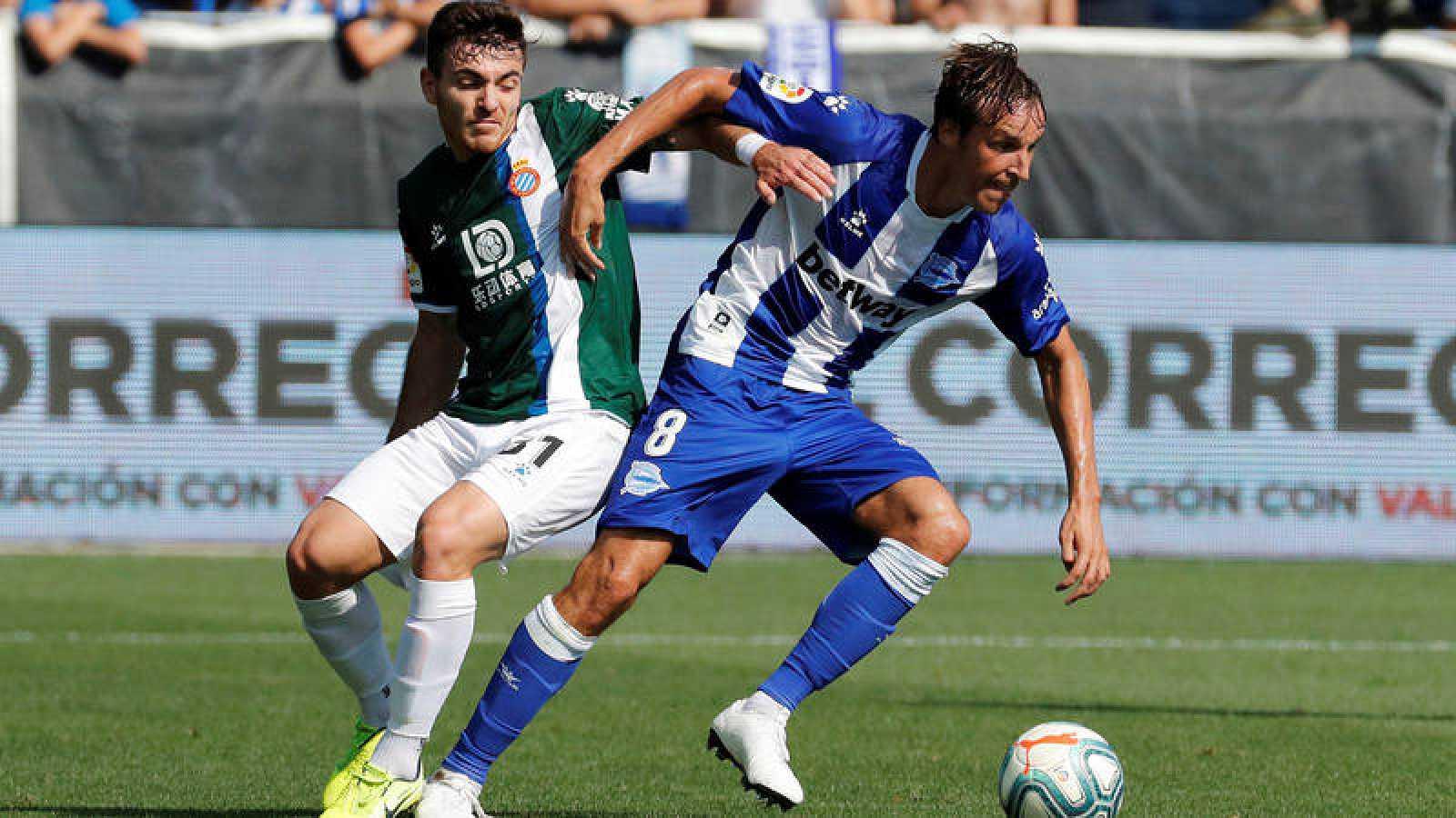 El centrocampista del Deportivo Alavés, Tomás Pina disputa un balón con el defensa del RCD Espanyol Didac Vilá.