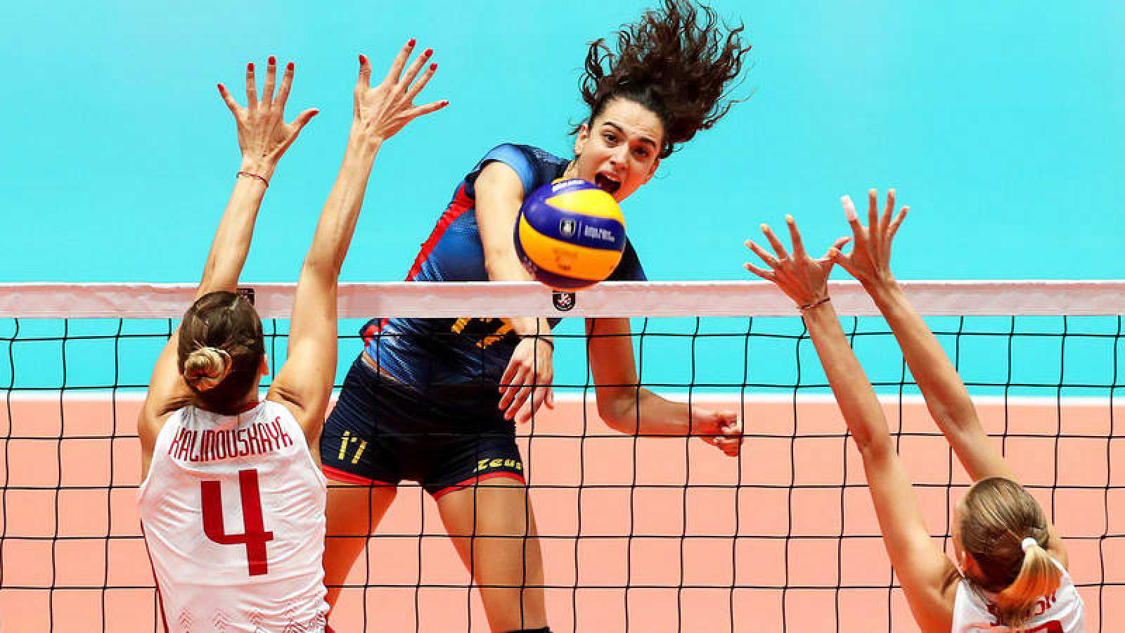 Aina Berbel remata en el partido contra Bielorrusia.