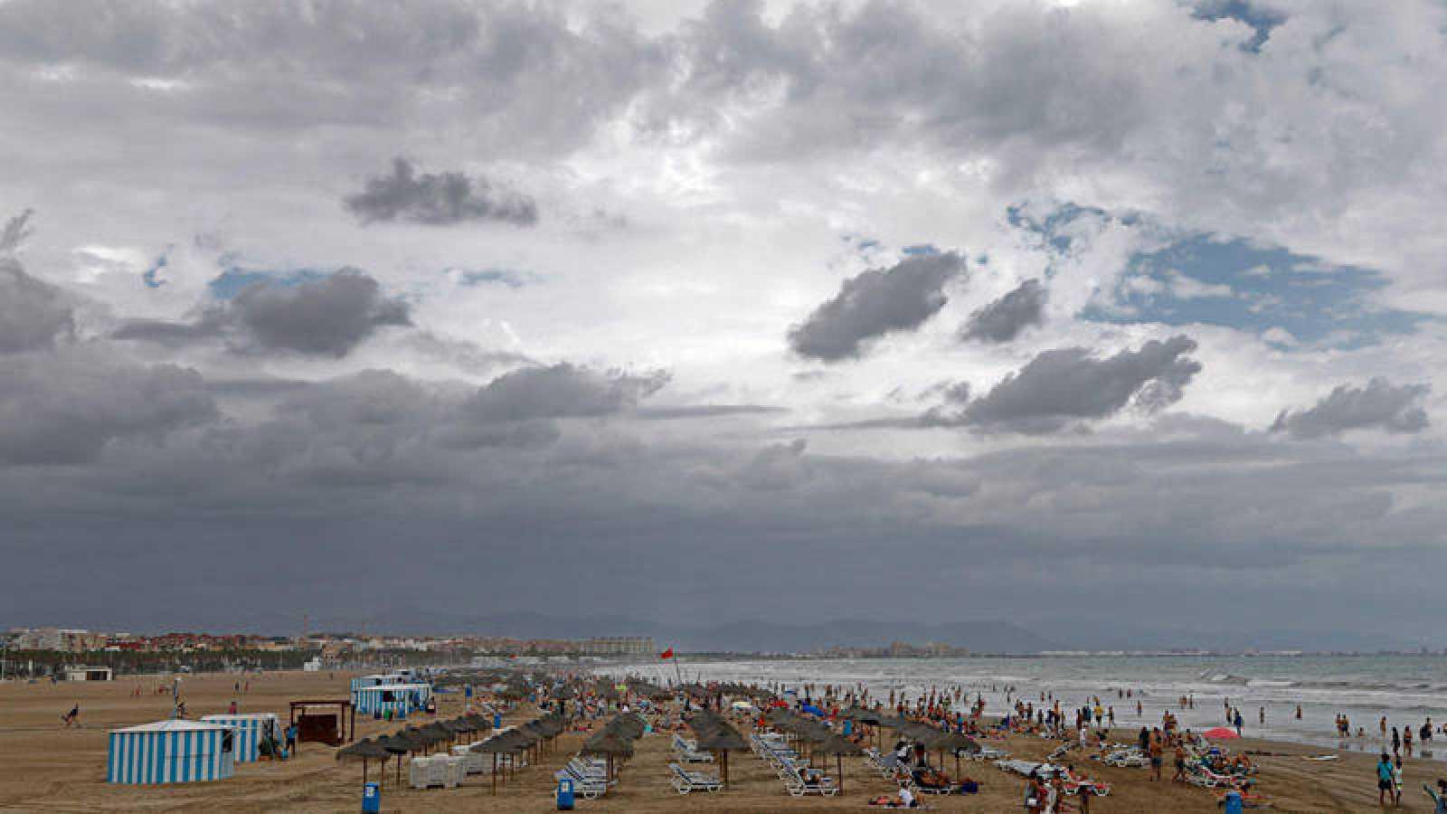 El temporal impide el baño en una playa de Valencia