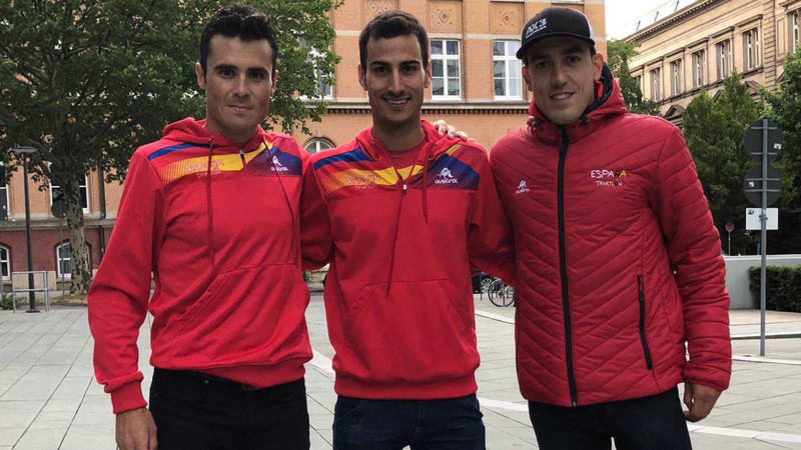Los triatletas españoles Javier Gómez Noya (i), Mario Mola (c) y Fernando Alarza (d).