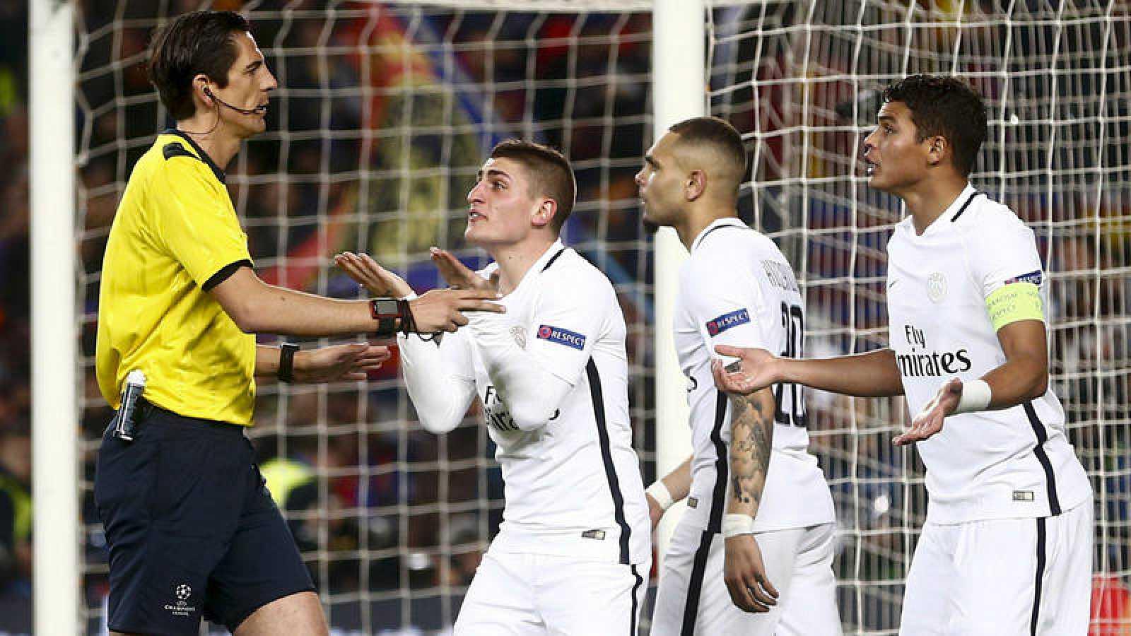 Los jugadores del PSG protestan a Deniz Aytekin en el partido contra el Barça (2017).