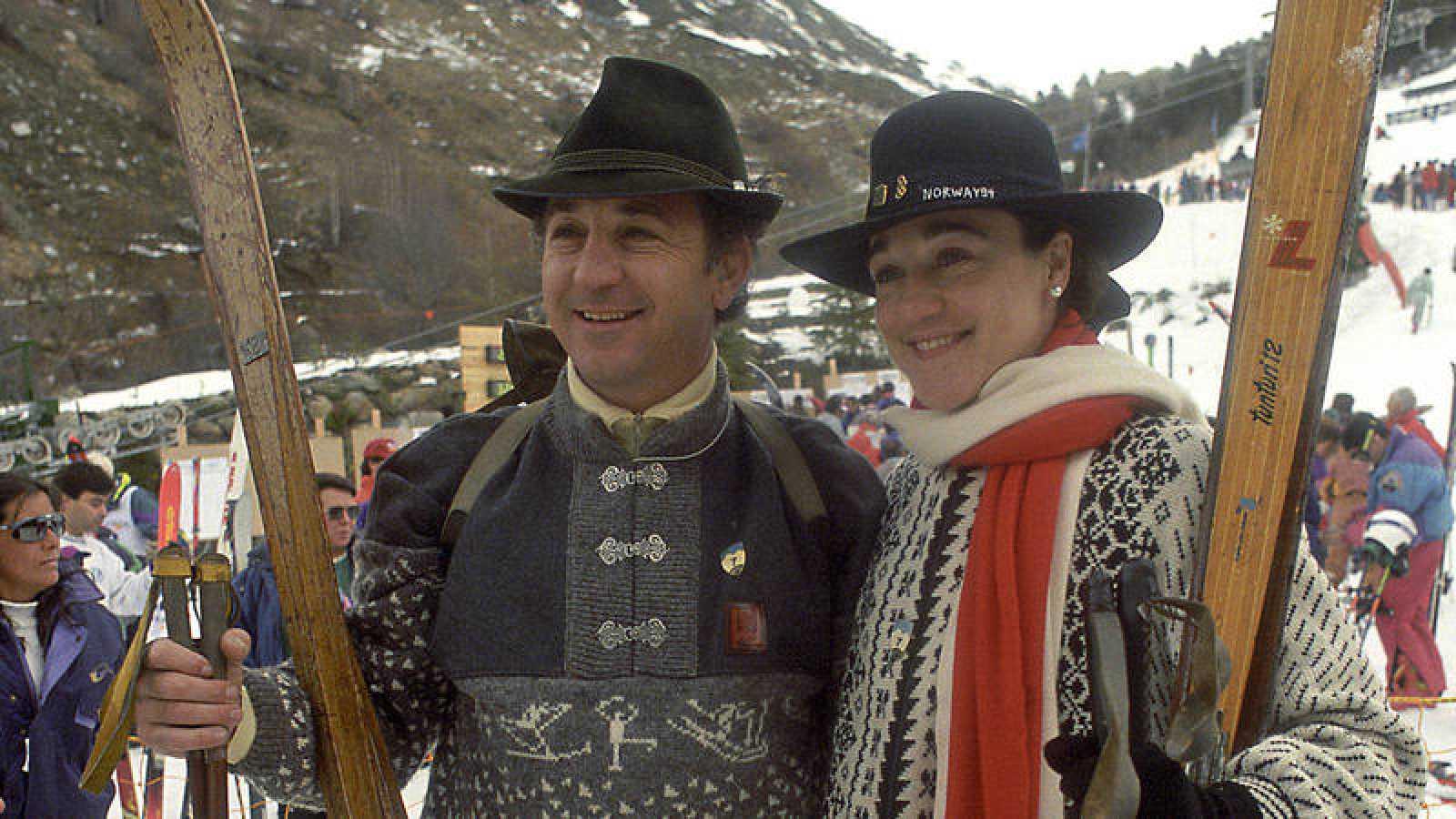 Los esquiadores Francisco y Blanca Fernández Ochoa (d), ataviados con indumentaria tirolesa, posan en la estación de Baqueira Beret.