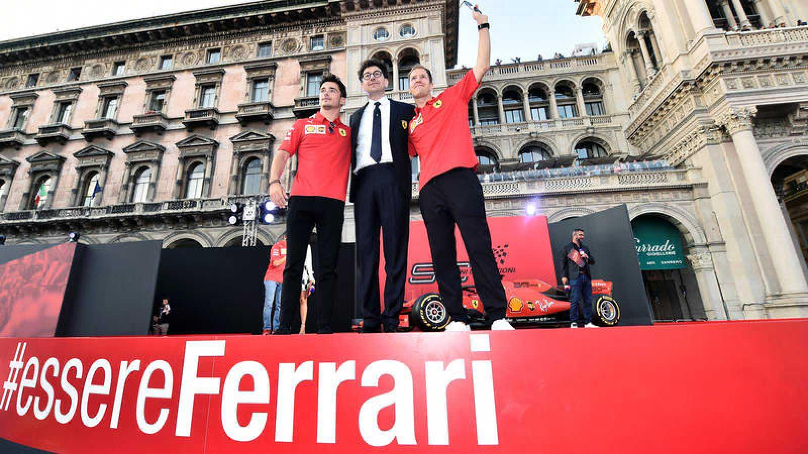 Charles Leclerc y Sebastian Vettel, junto al director de Ferrari, Mattia Binotto, saludan a los 'tiffossi' en la plaza del Duomo de Milán.