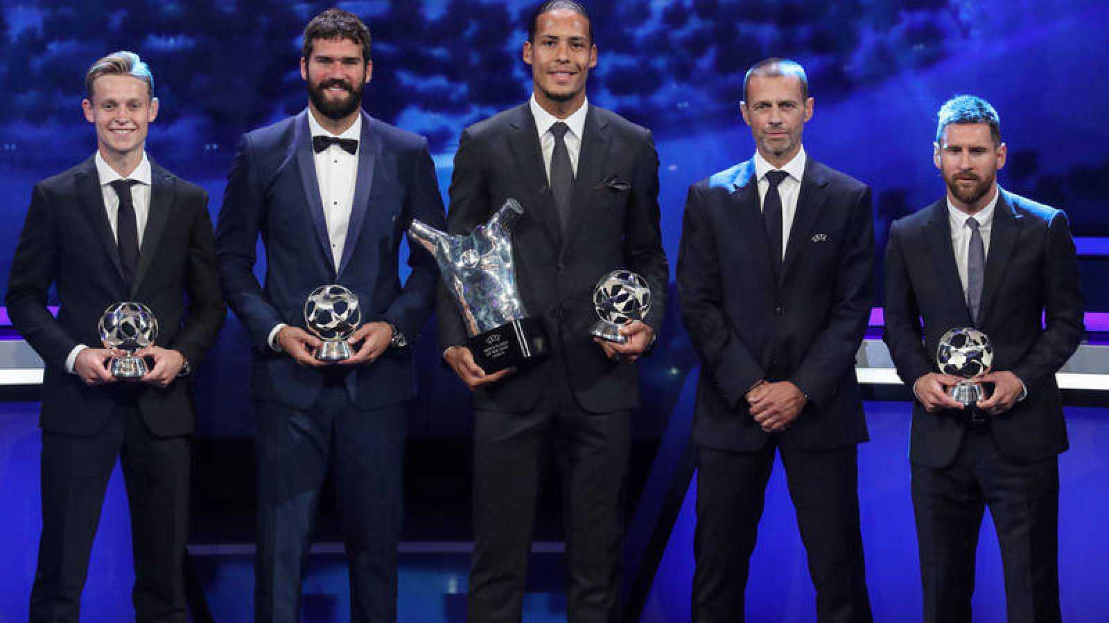 De Jong, Alisson, Van Dijk, el presidente de la UEFA, Aleksander Ceferin, y Leo Messi, en la pasada gala de la UEFA.