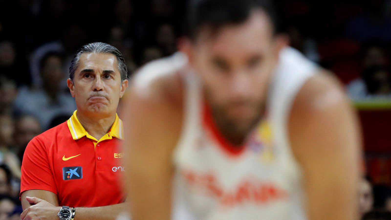 Sergio Scariolo, al fondo, observa la evolución de Rudy Fernández, en primer plano desenfocado.
