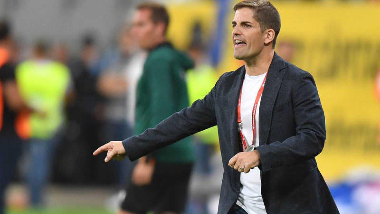 Robert Moreno da instrucciones en el partido ante Rumanía