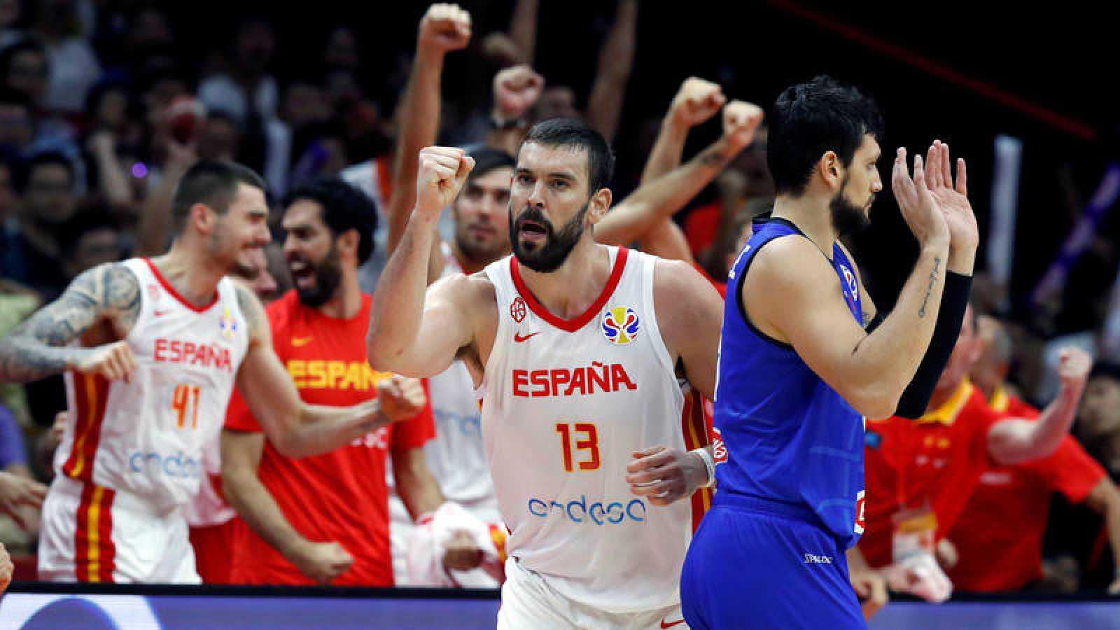 Marc Gasol, con el banquillo de España al fondo, celebra la victoria ante Italia.