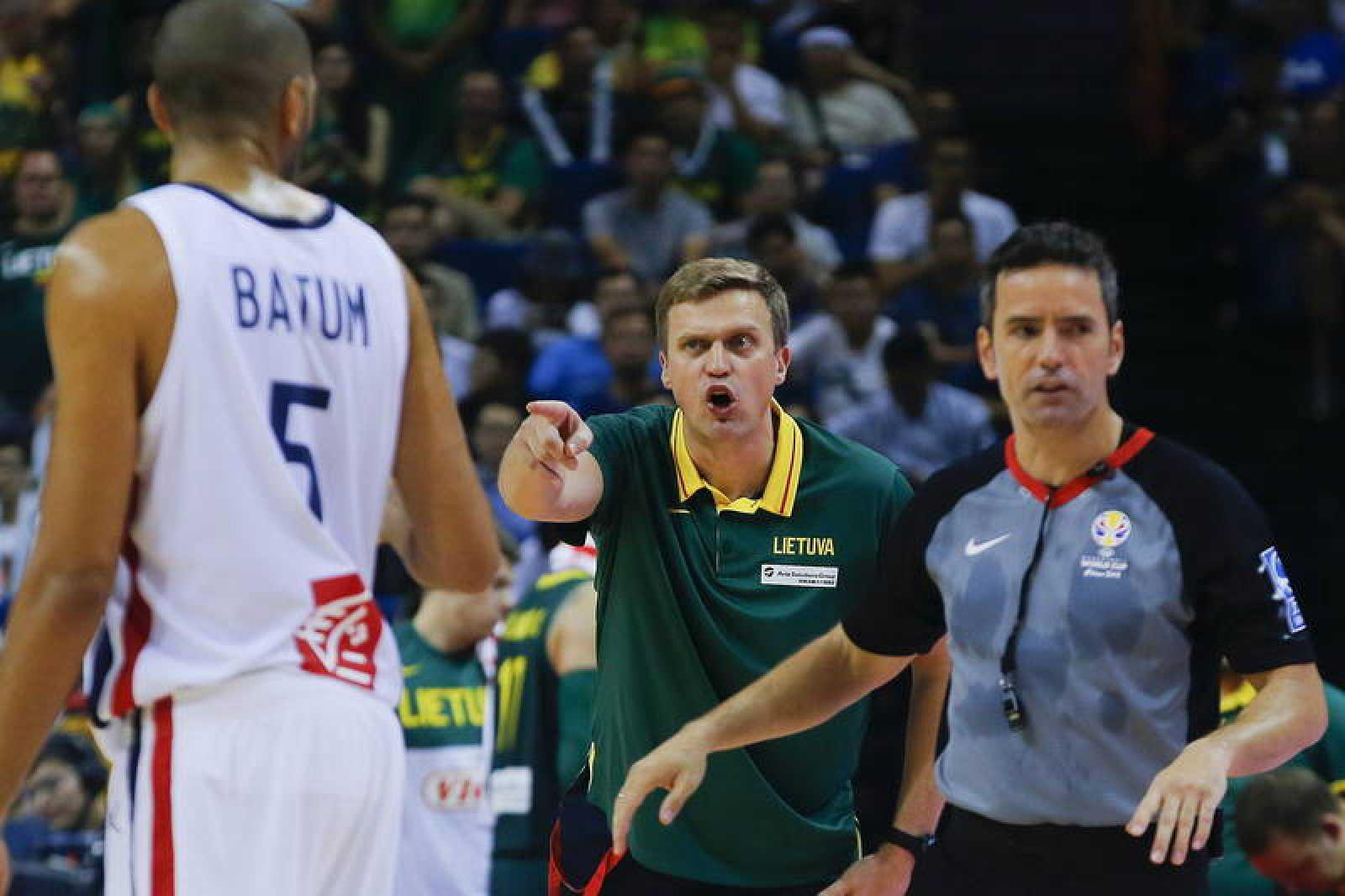 La FIBA suspende a los árbitros del Lituania-Francia por su error al final de este partido