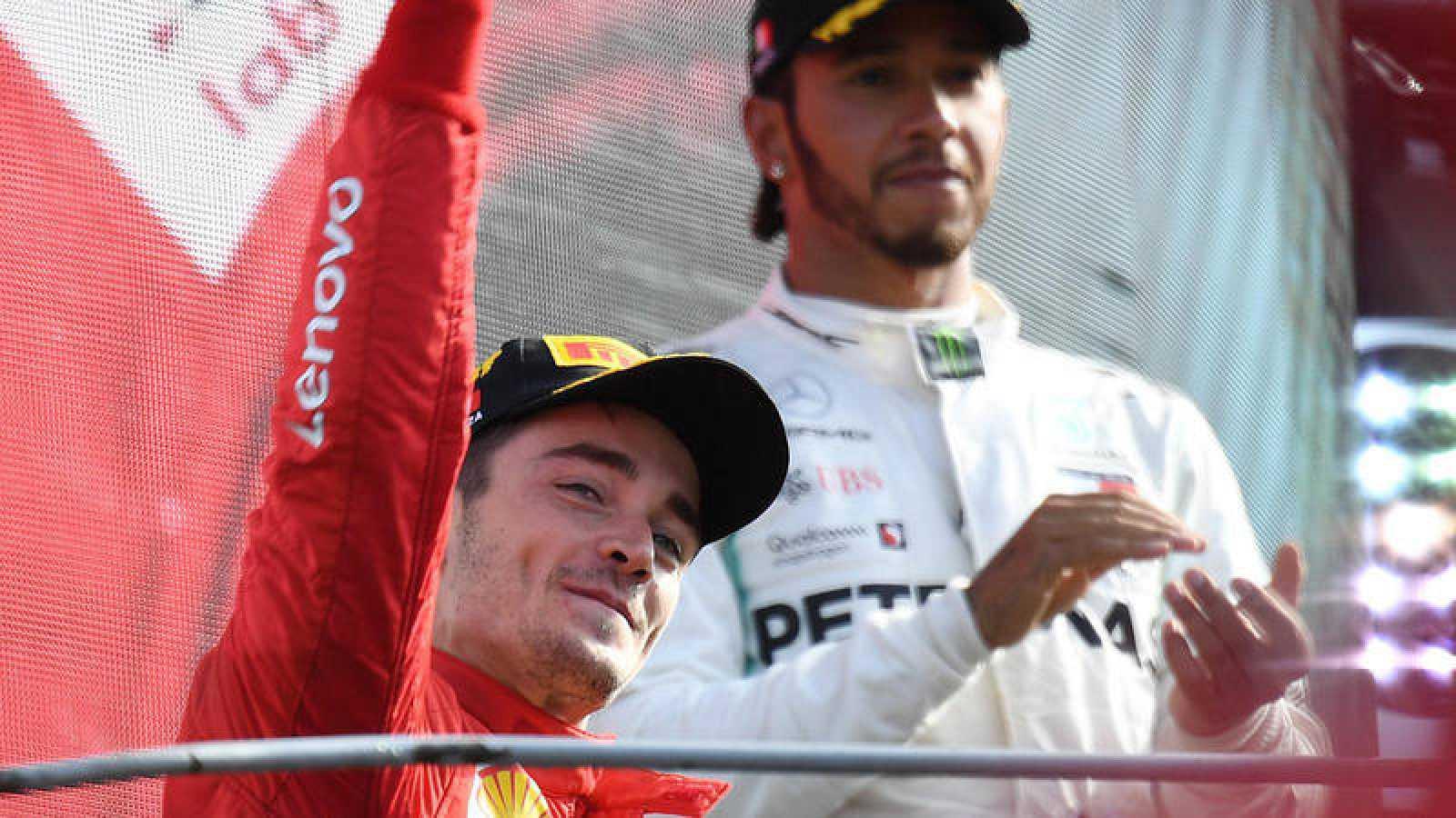 Charles Lecler celebra la victoria en Monza con Hamilton al fondo del podio.