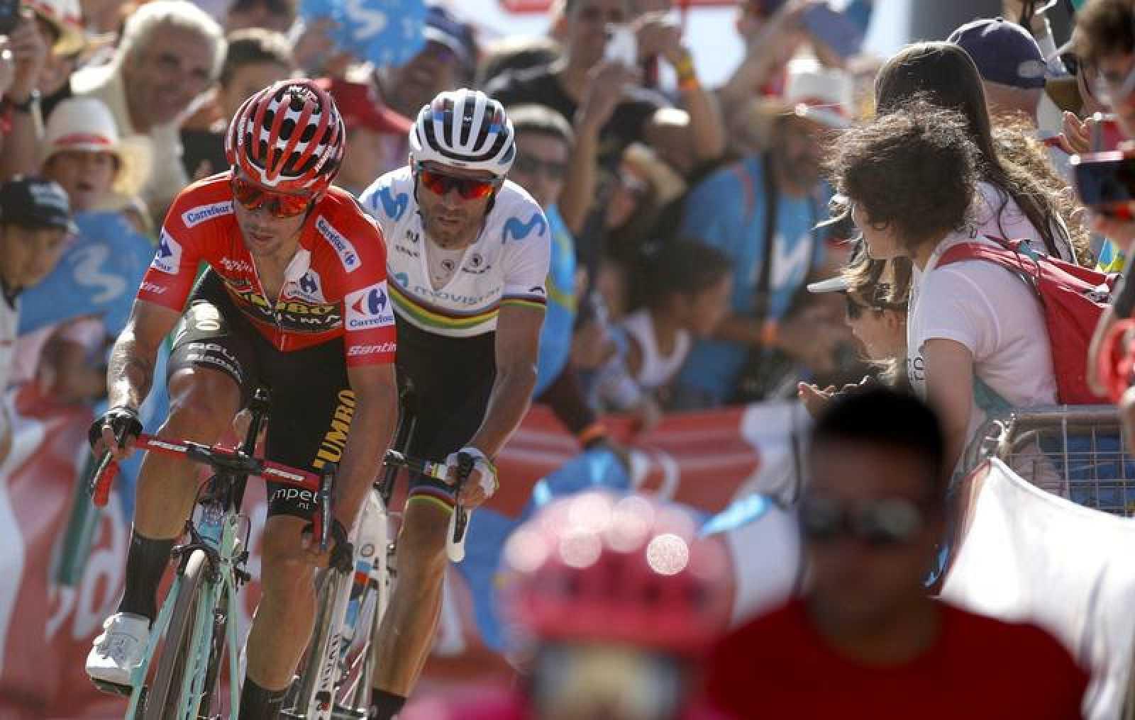 Primoz Roglic (i) y Alejandro Valverde (d) en la llegada de la decimoquinta etapa de la Vuelta a España 2019.
