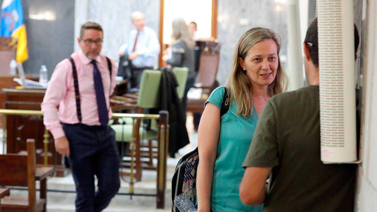 El juez Alba, a la izquierda, ha sido condenado por sus maniobras contra Victoria Rosell, a la derecha en primer plano.