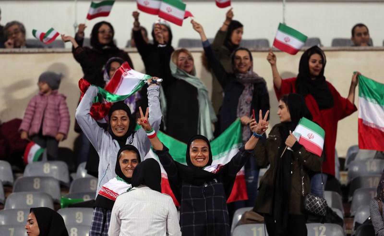 Varias mujeres asisten al partido amistoso Irán-Bolivia el año pasado