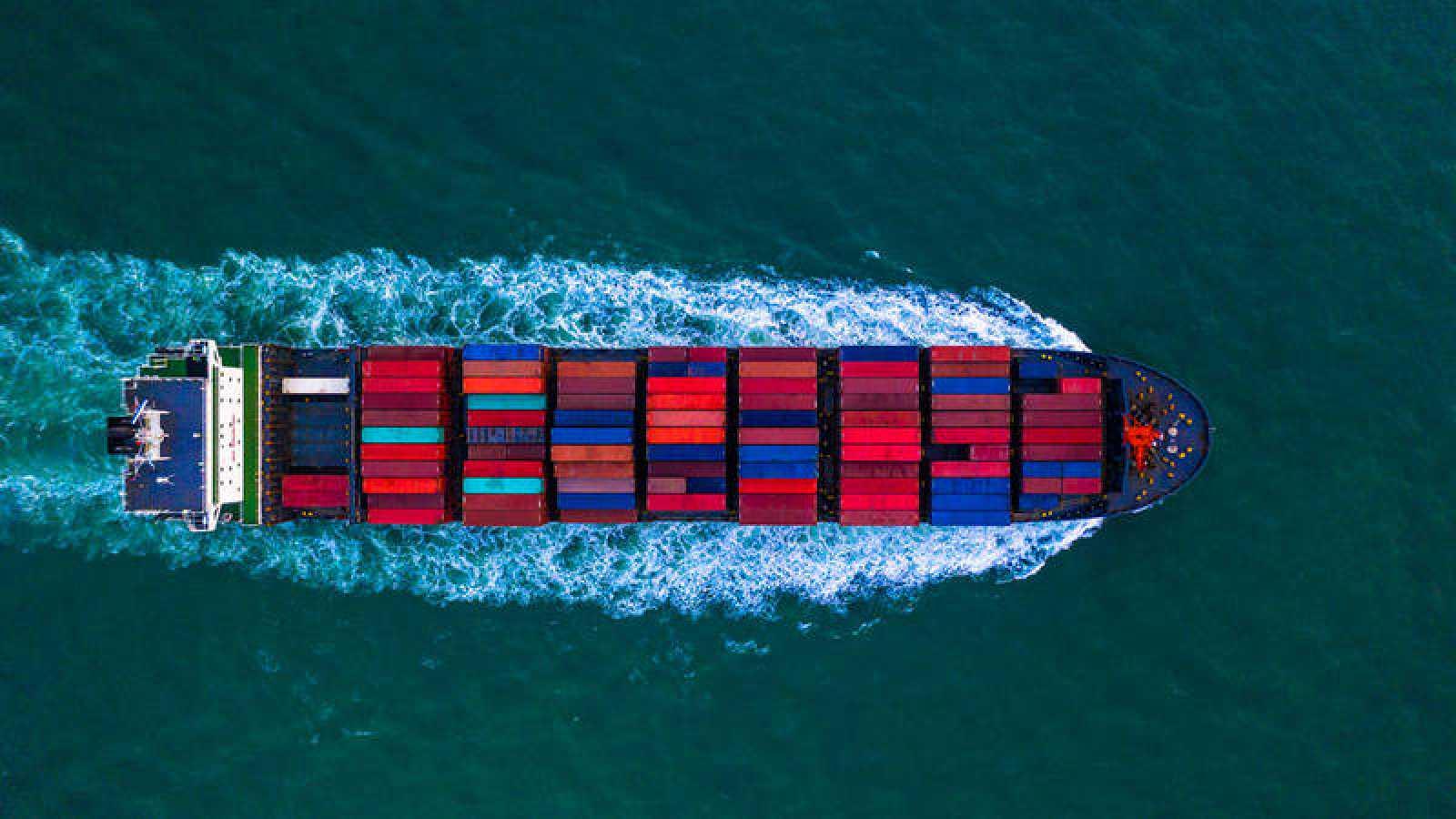 Un carguero transporta mercancías