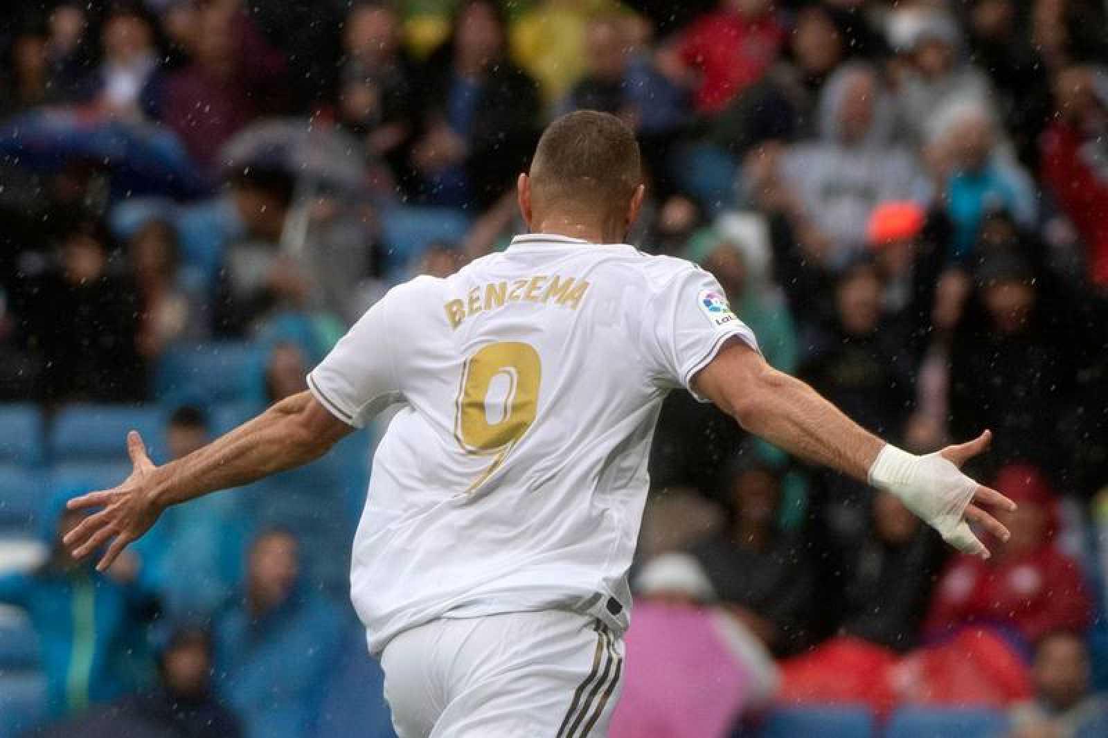 Karim Benzema celebra uno de sus dos tantos