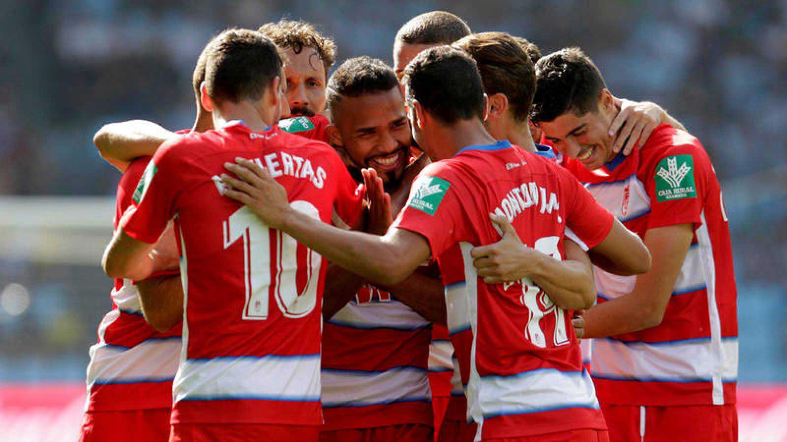 Los jugadores del Granada celebran el gol de Herrera