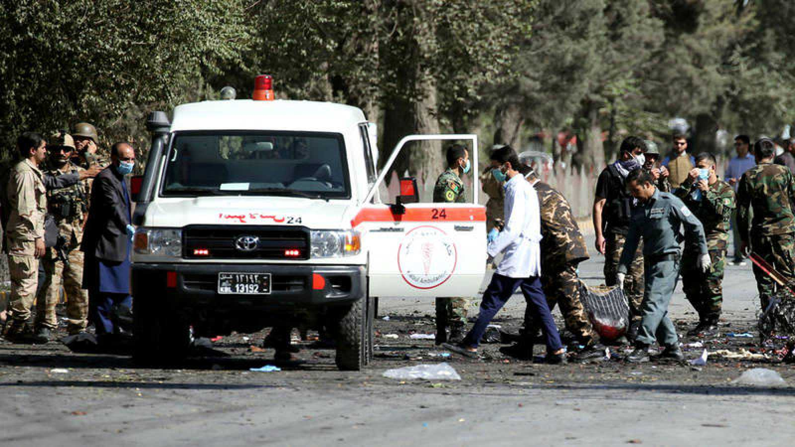 Militares afganos retiran restos humanos del lugar del atentado en Kabul