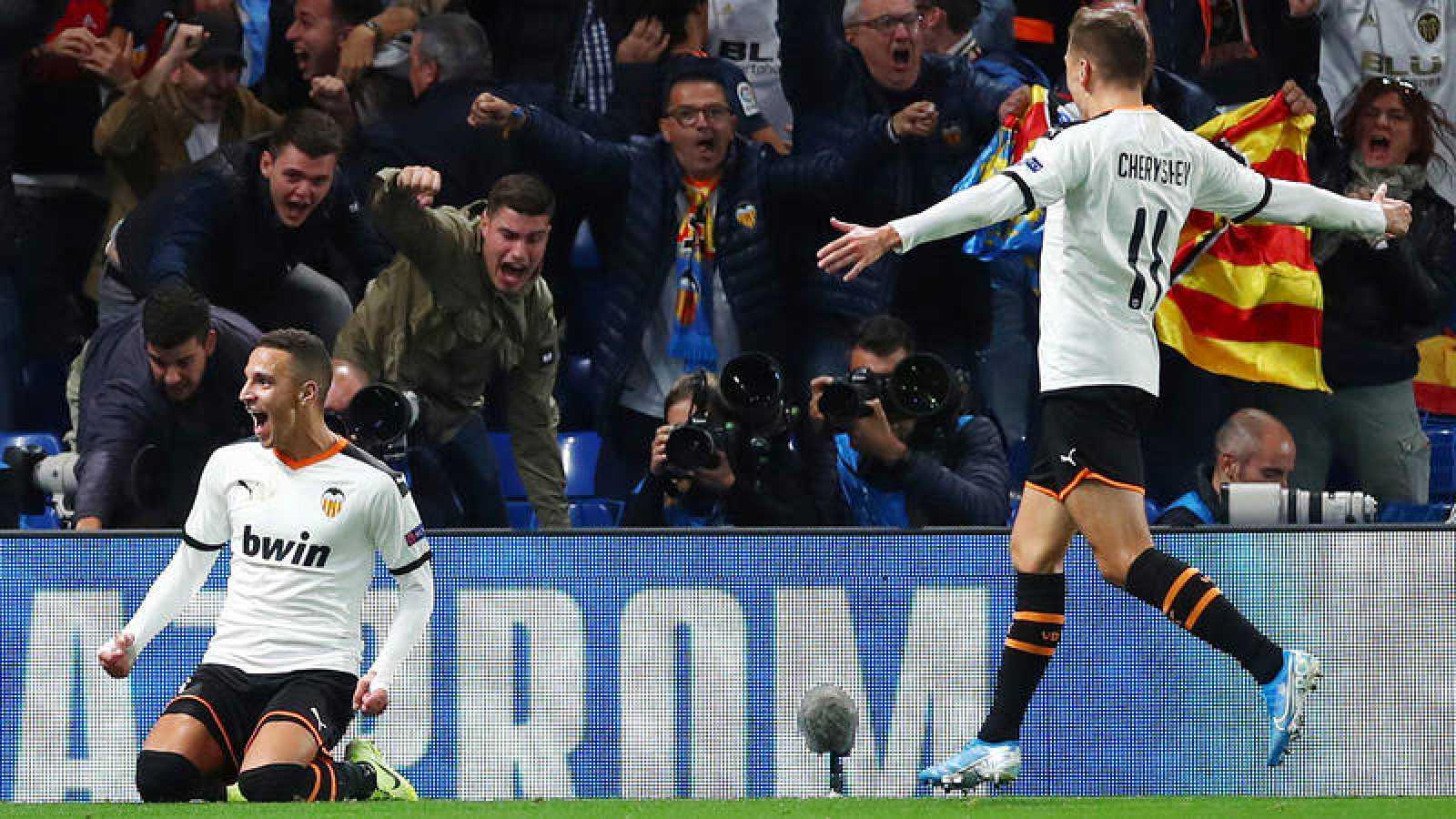 Rodrigo celebra su gol en Stamford Bridge.