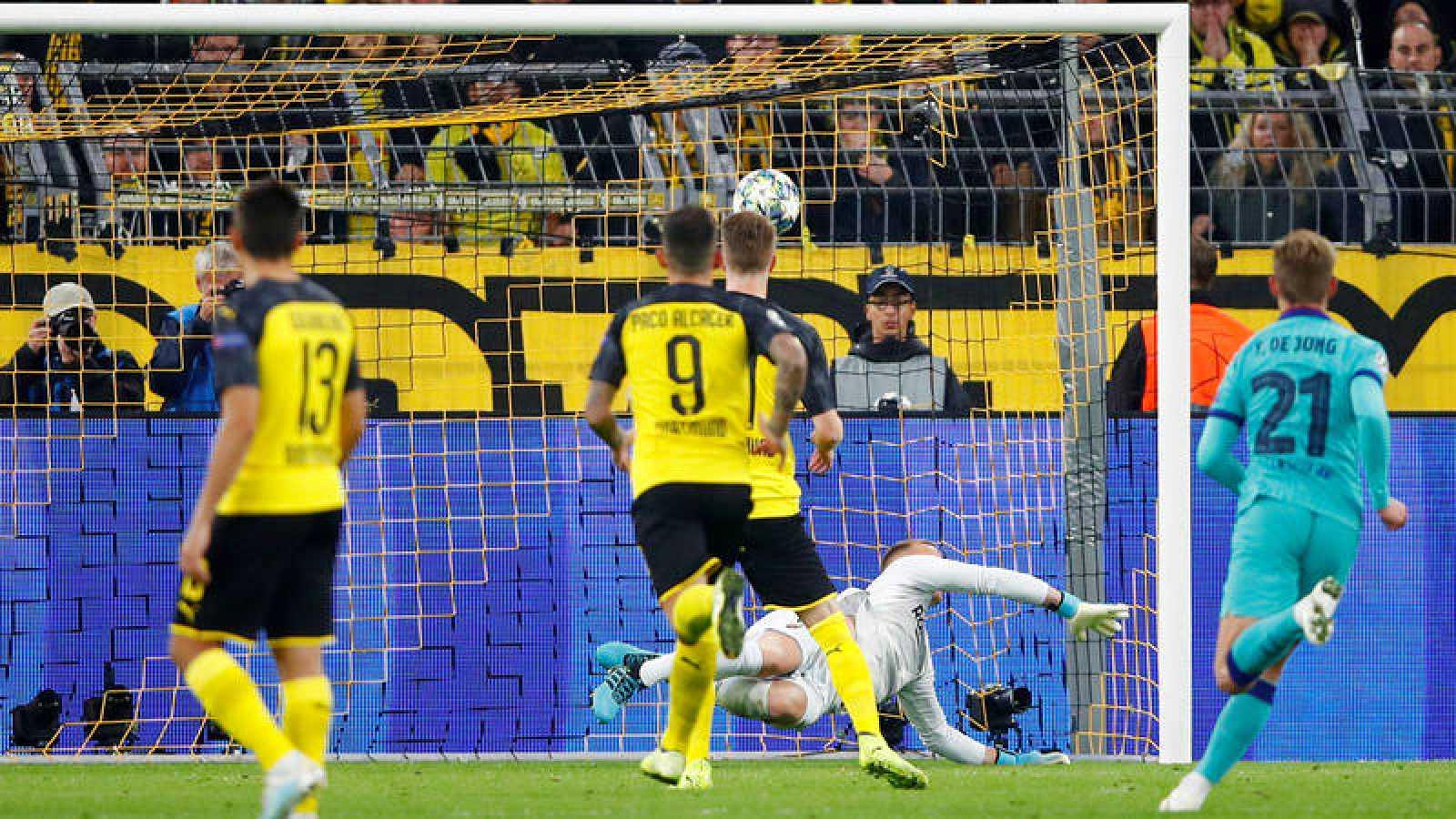Marc Andre Ter Stegen detiene el penalti lanzado por Reus en el Borussia Dortmund - Barça.