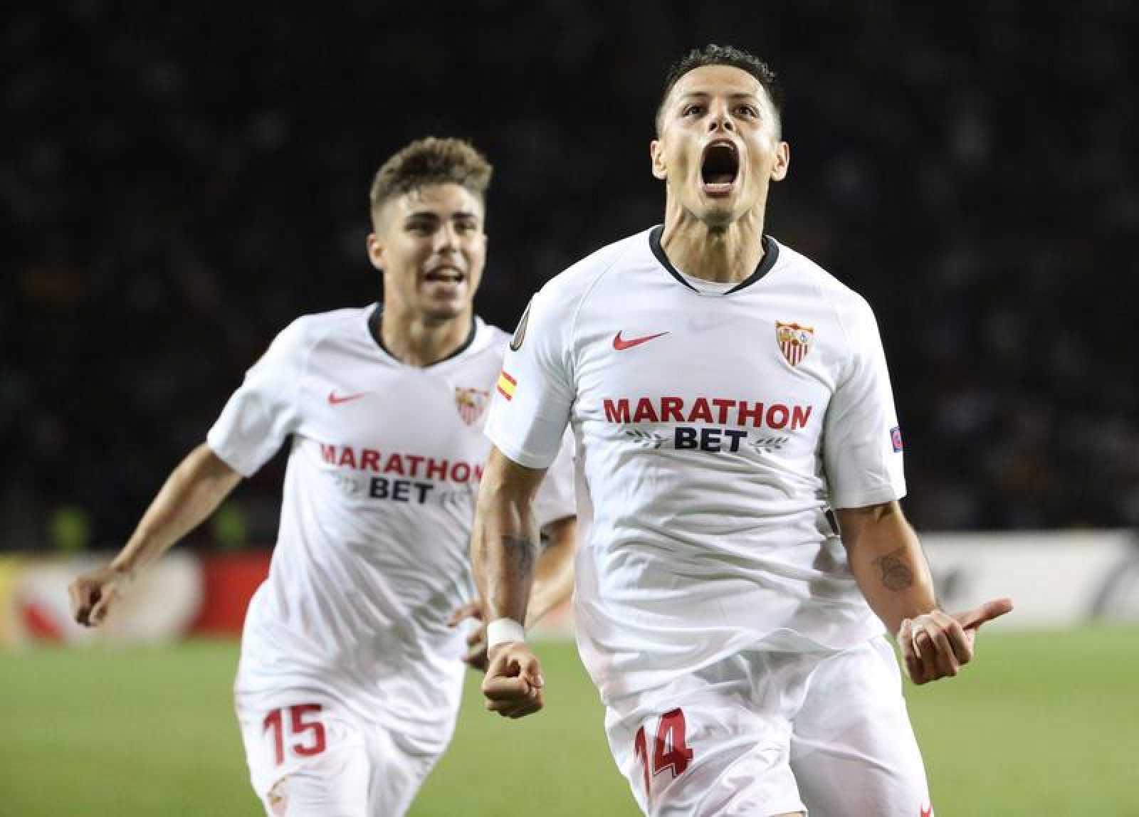 'Chicharito' celebra su primer gol con el Sevilla