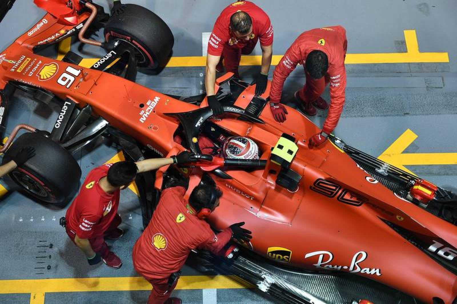 Los mecánicos de Ferrari atienden a Leclerc en una parada en los talleres del circuito de Singapur
