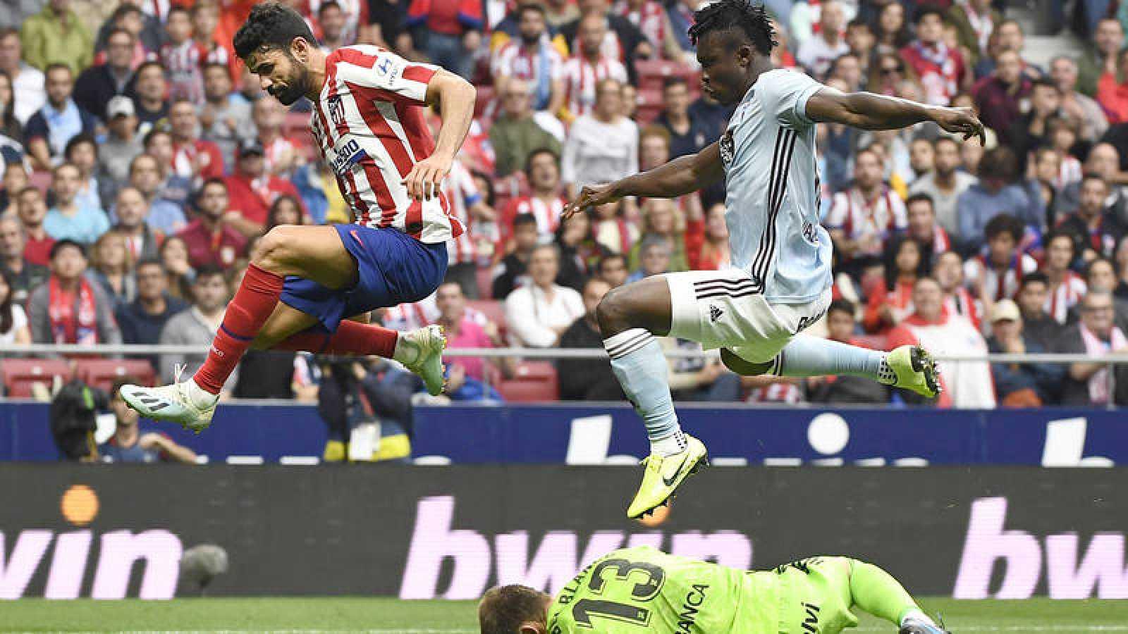Costa (i) y Aidoo saltan por encima del portero del Celta Rubén