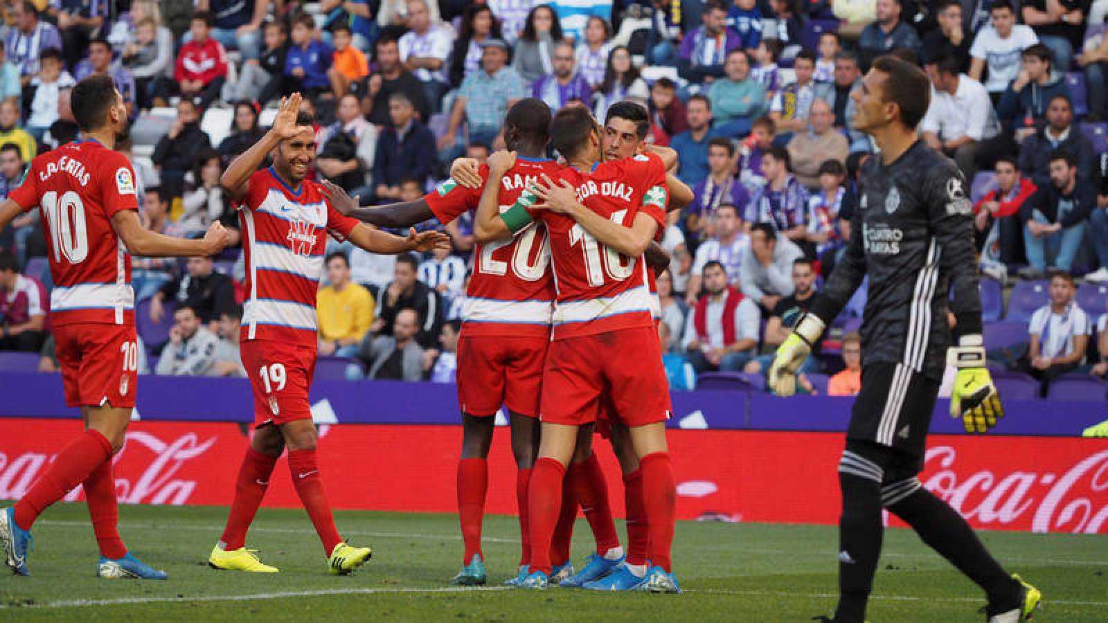 Los jugadores del Granada celebran su gol en Zorrilla