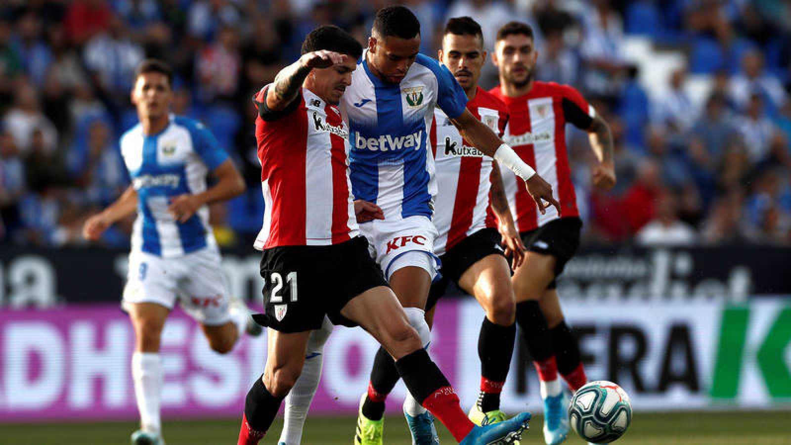 El delantero marroquí del Leganés, Youssef En Nesyri (3i) pelea un balón con el defensa del Athletic de Bilbao Ander Capa (2i).