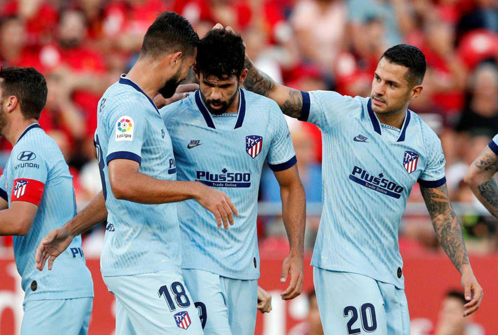 Costa, felicitado por sus compañeros tras marcar al Mallorca