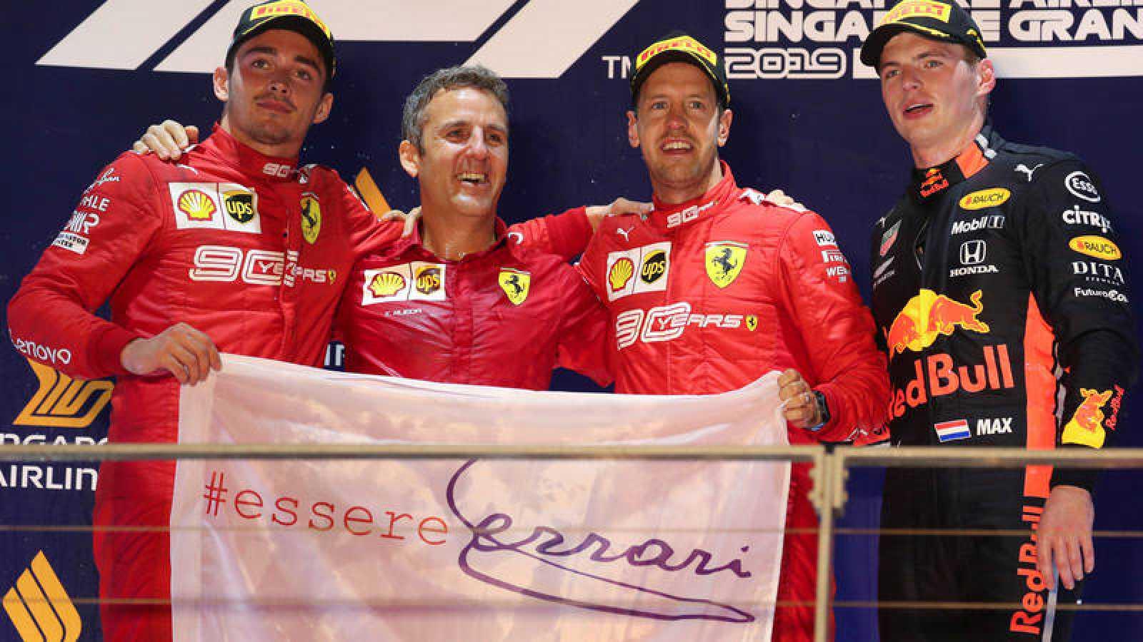 Charles Leclerc y Sebastian Vettel flanquean al director de Ferrari en el podio de Singapur, con Verstappen a la derecha.