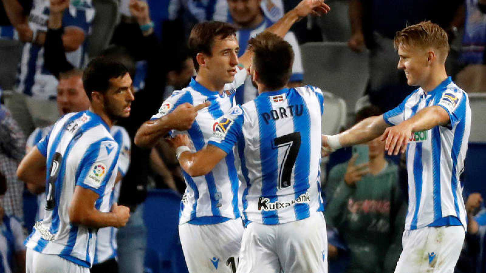 El delantero de la Real Sociedad Mikel Oyarzabal celebra su segundo gol, tercero de su equipo ante el Deportivo Alavés.