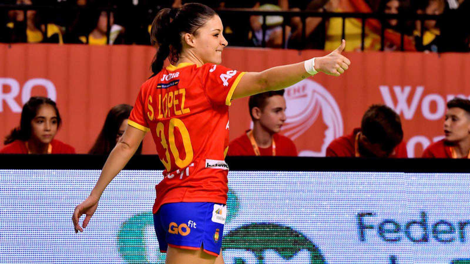 La jugadora de la selección española femenina de balonmano Soledad Lopez celebra un gol durante el partido ante Grecia.