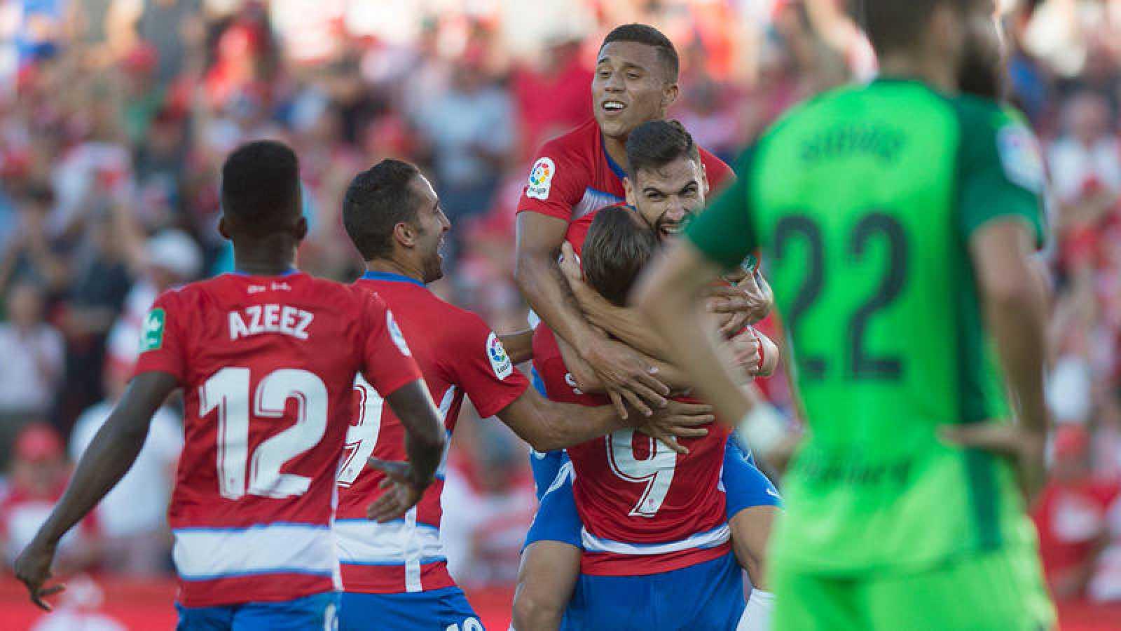 Los jugadores del Granada celebran el gol de Puertas