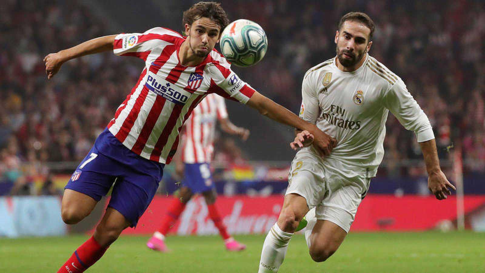 Dani Carvajal disputa un balón con Joao Félix.