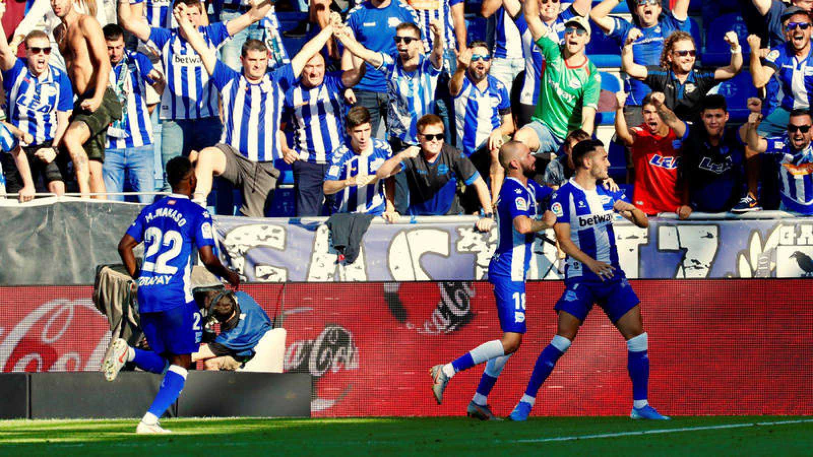 Los jugadores del Deportivo Alavés celebran un gol