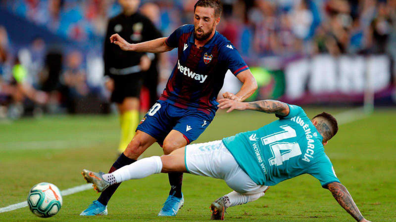 Ruben García trata de robar el balón a Jorge Miramón