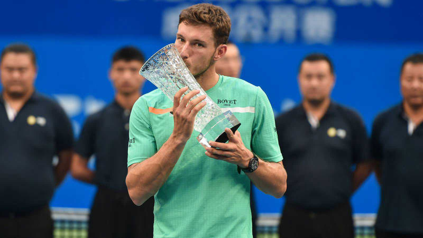 Pablo Carreño besa el trofeo del Abierto de Chengdú (China).